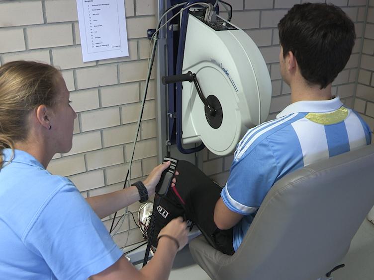 Experimentelles Protokoll eines dreiminütigen, all-out Arm-Kurbel-Übungstests in der Wirbelsäule Verletzte und kräftige Einzelpersonen