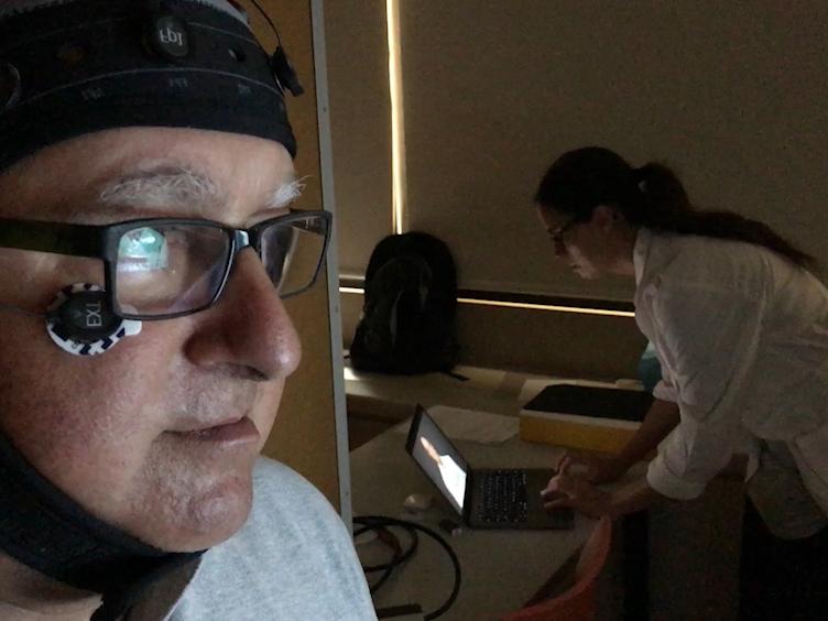 Utilizando mediciones de electroencefalograma (EEG) y grabación de vídeo de alta calidad para el análisis de la percepción Visual del contenido de los medios de comunicación