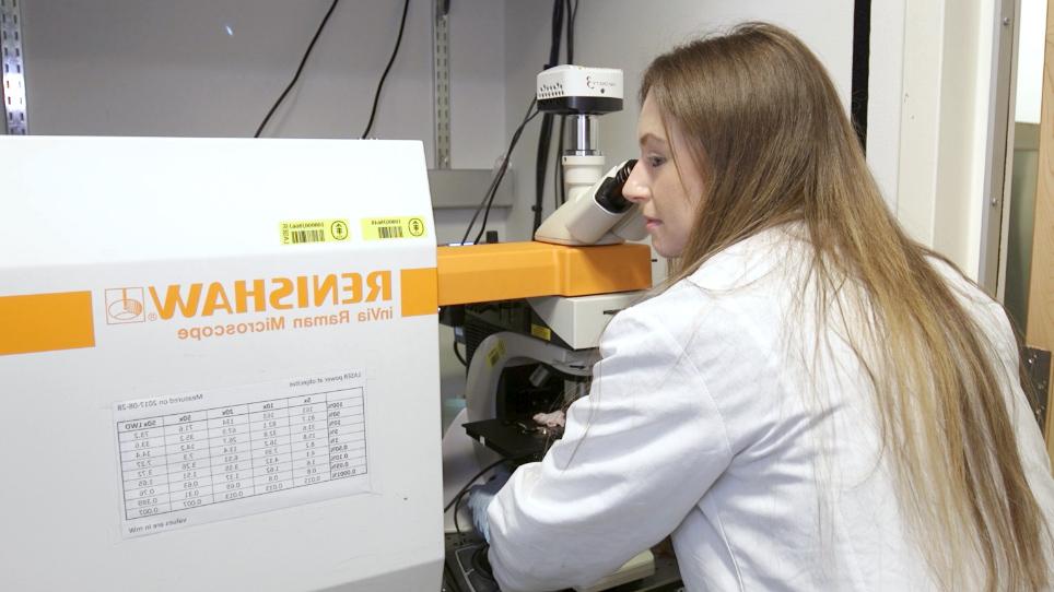 Surface-enhanced Resonance Raman Scattering Nanoprobe Ratiometry for Detecting Microscopic Ovarian Cancer via Folate Receptor Targeting