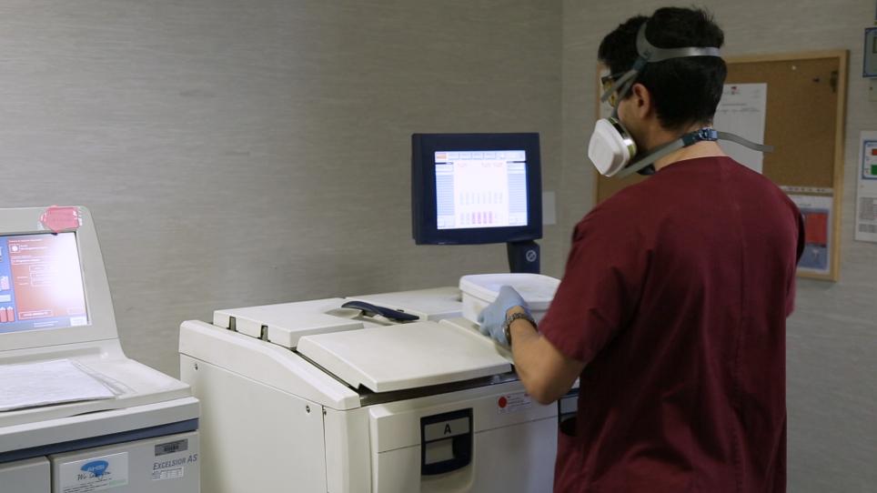 ロボット システムを使用して処理し、組織学的解析のため大腸マウス サンプルを埋め込む