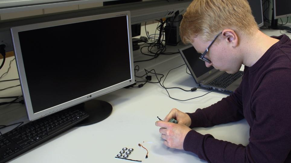 गाइडेड प्लांट ग्रोथ के लिए रोबोटिक सेंसिंग और स्टिमुली प्रोविजन