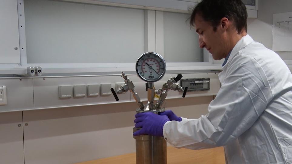 Brug af fleksible guld-titanium reaktions celler til at simulere tryk afhængig mikrobiel aktivitet i forbindelse med underjordiske Biomining