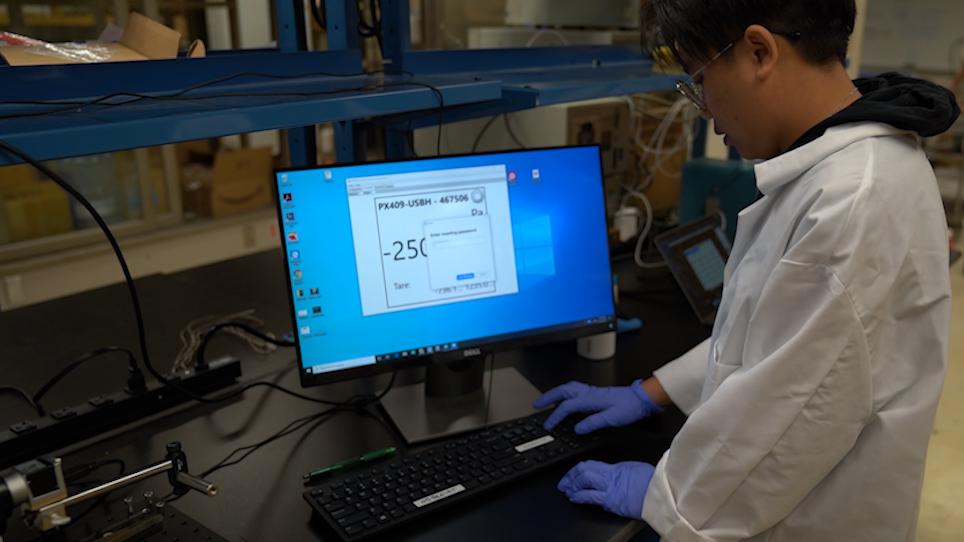Studera ytaktiva effekter på hydratkristallisering vid oljevatten gränssnitt med hjälp av en billig integrerad modulär Peltier Device