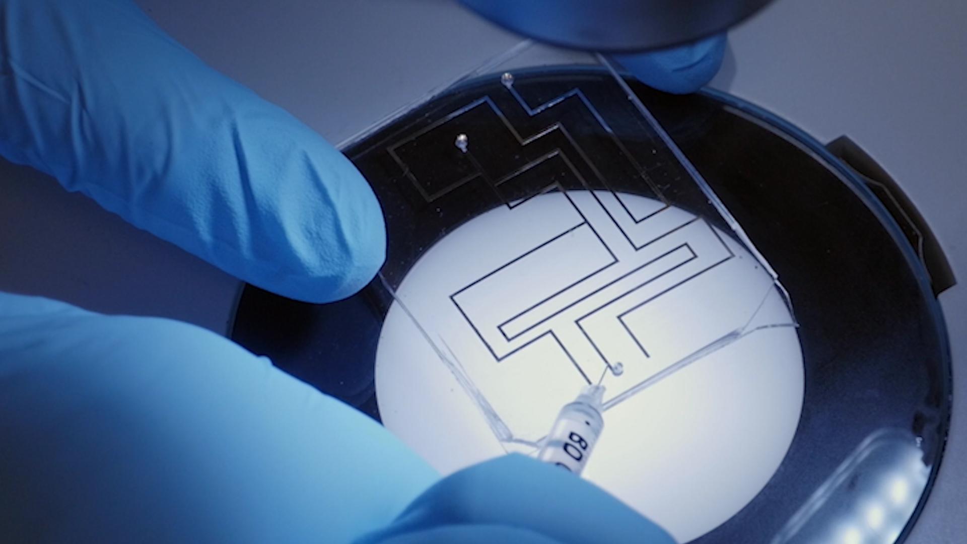 방법은 표면 산화와 환원을 통해 액체 금속의 표면 장력을 조작