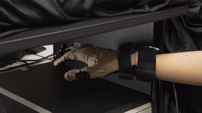 创建虚拟手和虚拟面对面幻想调查自我表现