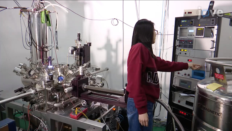 用扫描隧穿显微镜和光谱法探讨界面水的结构和动力学